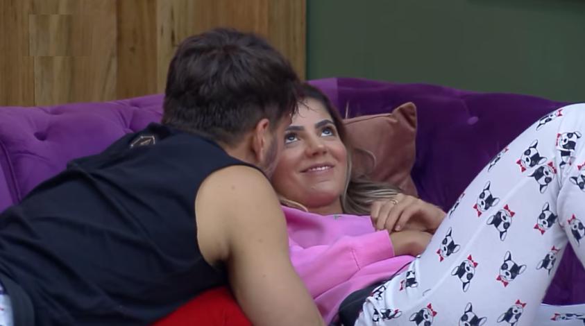 Lucas Viana e Hariany Almeida flertam no reality show A Fazenda 11