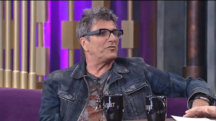 Foto de entrevista de Evandro Mesquita em talk show