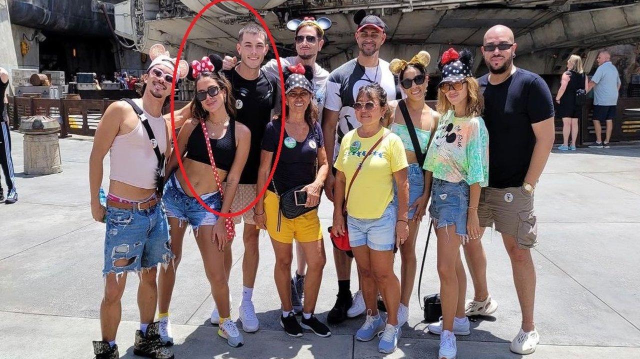 Anitta com amigos na Disney
