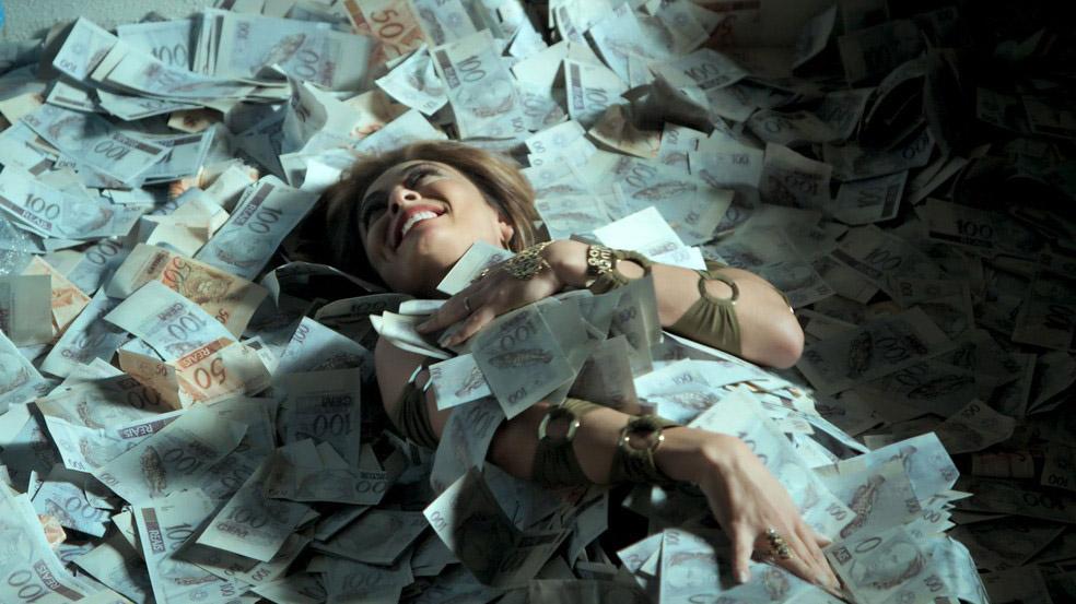 Bibi Perigosa em meio ao dinheiro