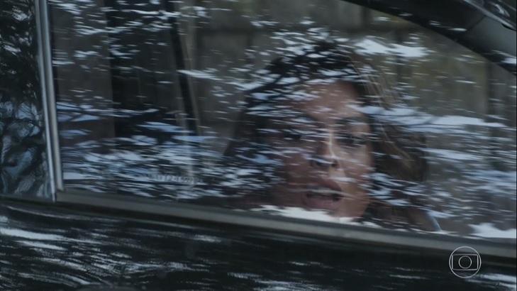 Cena de A Força do Querer com Bibi dentro do carro