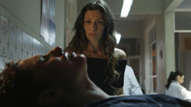 Cena de A Força do Querer com Joyce vendo Ivan caído no hospital