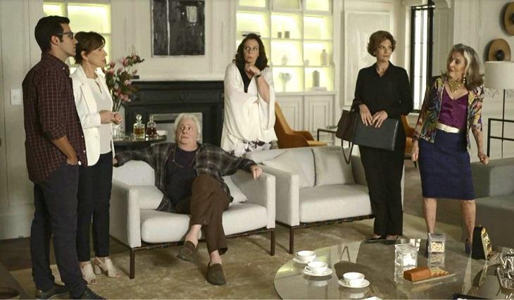 Família de Ze Helio na sala recebendo ele e a namorada Beatriz
