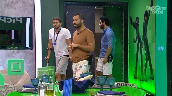 Caio, Gilberto e Rodolffo chegando para o almoço do anjo no BBB21