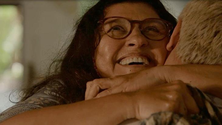 Cena de Amor de Mãe com Lurdes abraçando o filho