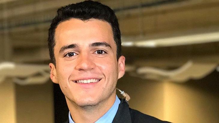 Anthony Wells posa para foto ao lado do logo da CNN Brasil.