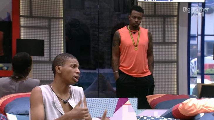 Nego Di e Lucas Penteado conversando na sala do BBB21