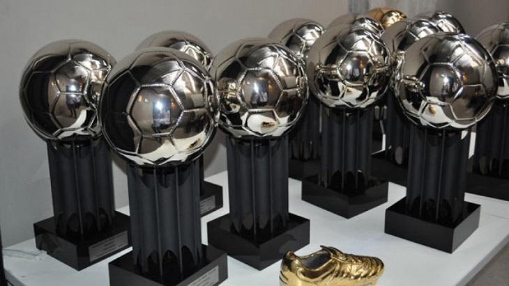 Exemplares do troféu do Bola de Prata