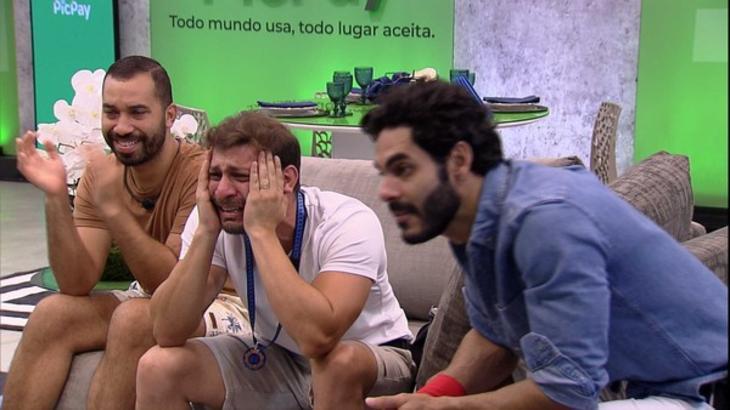 Caio emocionado com Gilberto e Rodolffo durante mensagem do anjo no BBB21