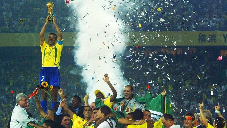 Cafu levantando o troféu do penta na Copa do Mundo de 2002