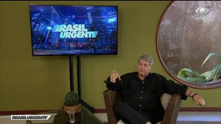 Datena apresentando o Brasil Urgente na Band de sua casa