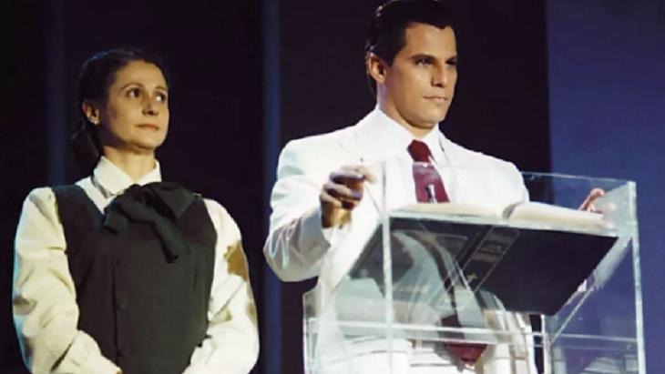 Personagens de Edson Celulari e Zezé Polessa em Decadência num púpito de igreja, durante a minissérie