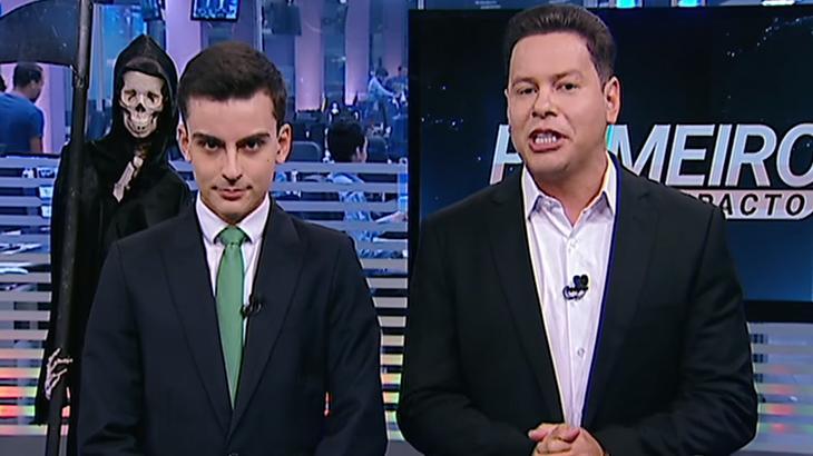 Dudu Camargo sério ao lado do Marcão do Povo na apresentação do Primeiro Impacto no SBT