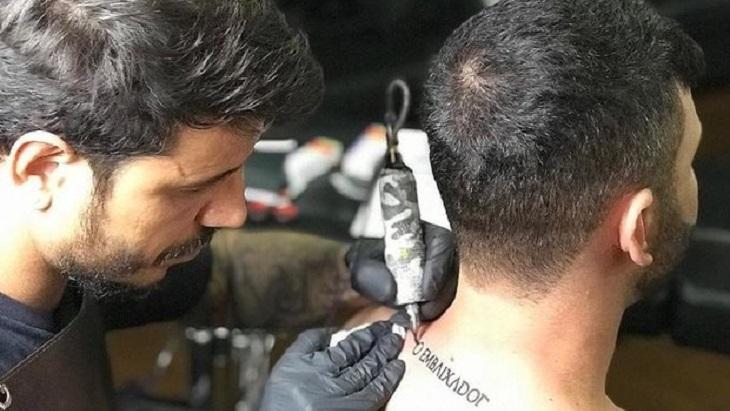 """Resultado de imagem para Gusttavo Lima faz tatuagem com expressão """"O Embaixador"""""""