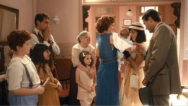 Cena de Éramos Seis com Clotilde pegando Chiquinho dos braços de Olga