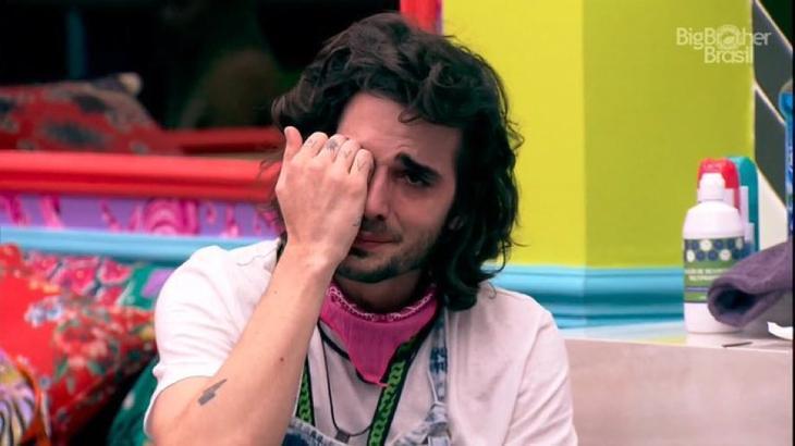 Ator Fiuk chorando no quarto colorido do BBB21