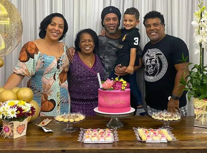 Mãe de Ronaldinho Gaúcho é internada com Covid-19 e jogador pede orações