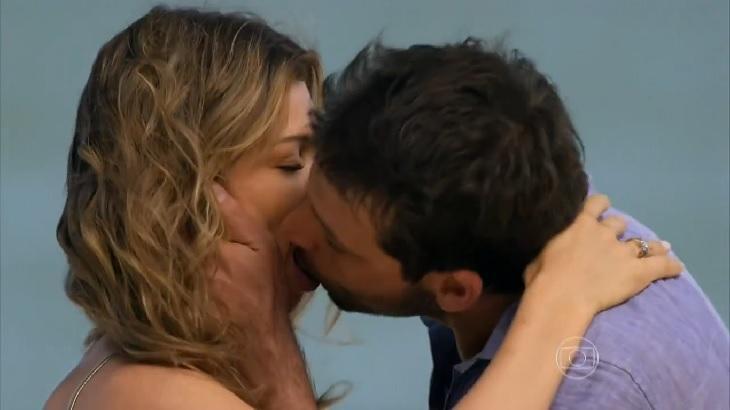Cena de Flor do Caribe com Cassiano beijando Ester