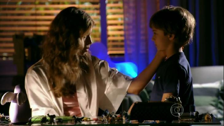 Cena de Flor do Caribe com Samuca conversando com Ester