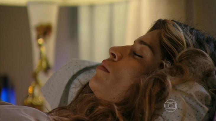 Cena de Flor do Caribe com Ester dormindo na cama