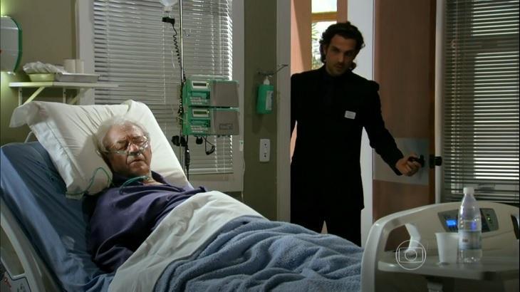 Cena de Flor do Caribe com Alberto entrando no quarto de Samuel no hospital, enquanto ele está deitado na cama