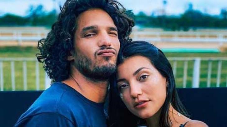 João Zoli e Gabi Prado posam para foto abraçados
