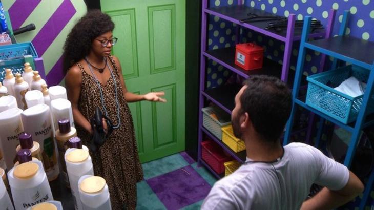 Gilberto e Lumena conversando no confessionário do BBB21
