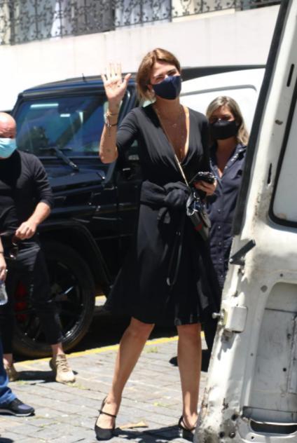 Luciana Gimenez vai ao velório do pai acompanhada do namorado