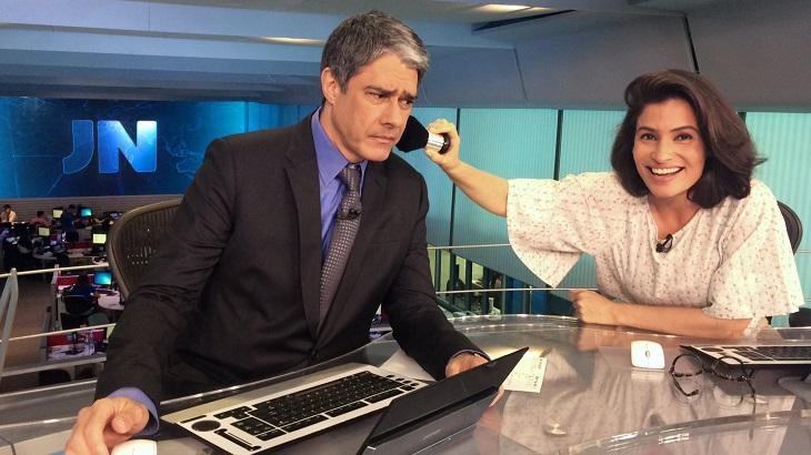 Renata Vasconcellos fingindo maquiar William Bonner na bancada do JN
