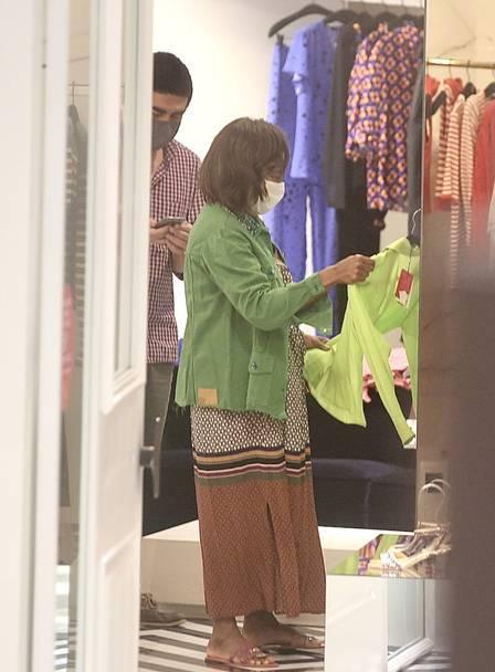 Gloria Maria deixa isolamento e é flagrada em shopping