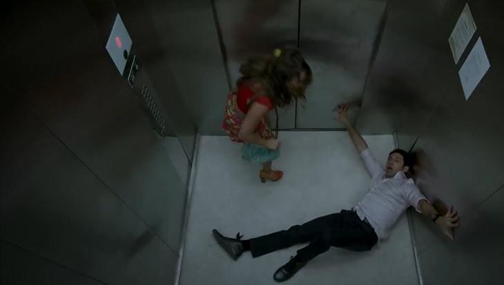 Cena de Haja Coração com Beto caído no elevador e Tancinha tentando ajudar