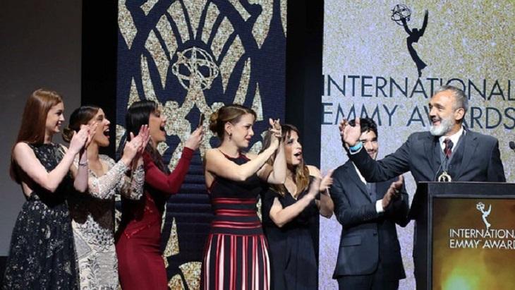 Diretor e elenco de Império recebendo o troféu do Emmy Internacional