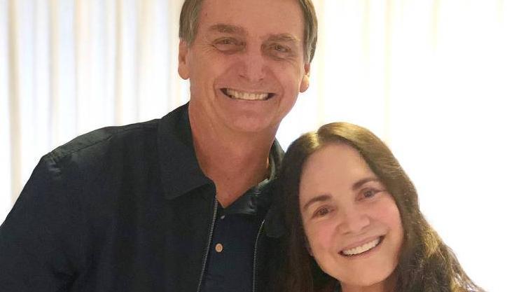 Regina Duarte e Jair Bolsonaro posam para foto