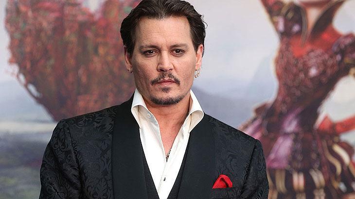 Johnny Depp de terno e lenço vermelho
