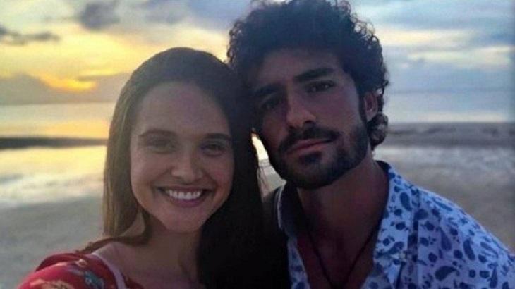 Juliana Paiva e José Condessa posam para foto