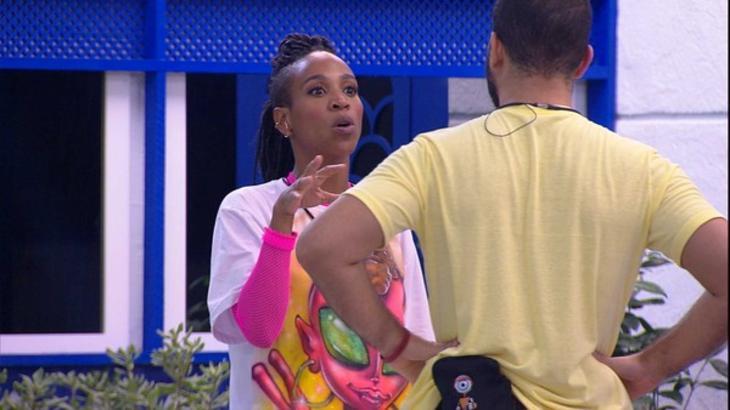 Karol Conká e Gilberto discutindo na área externa do BBB21