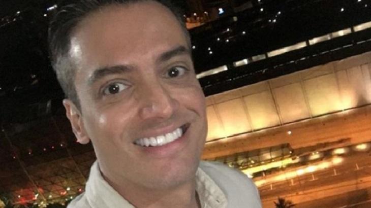 Leo Dias faz uma selfie sorrindo