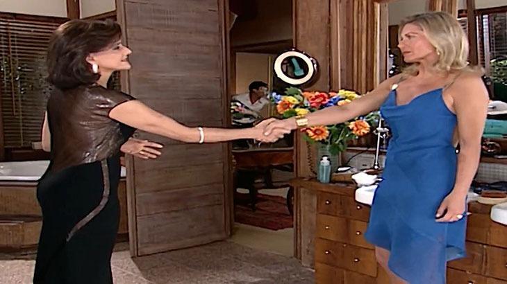 Cena de Laços de Família com Alma e Helena de pé, frente a frente e dando um aperto de mão