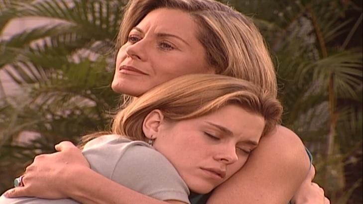 Cena de Laços de Família com Helena abraçada com Camila
