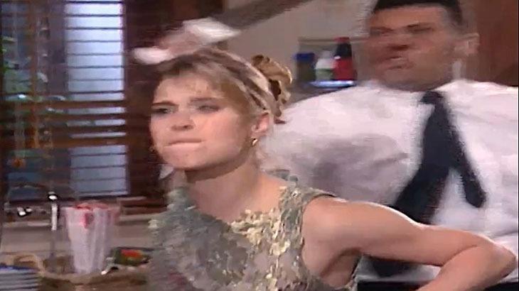 Cena de Laços de Família com Camila segurando uma faca e um homem a segurando