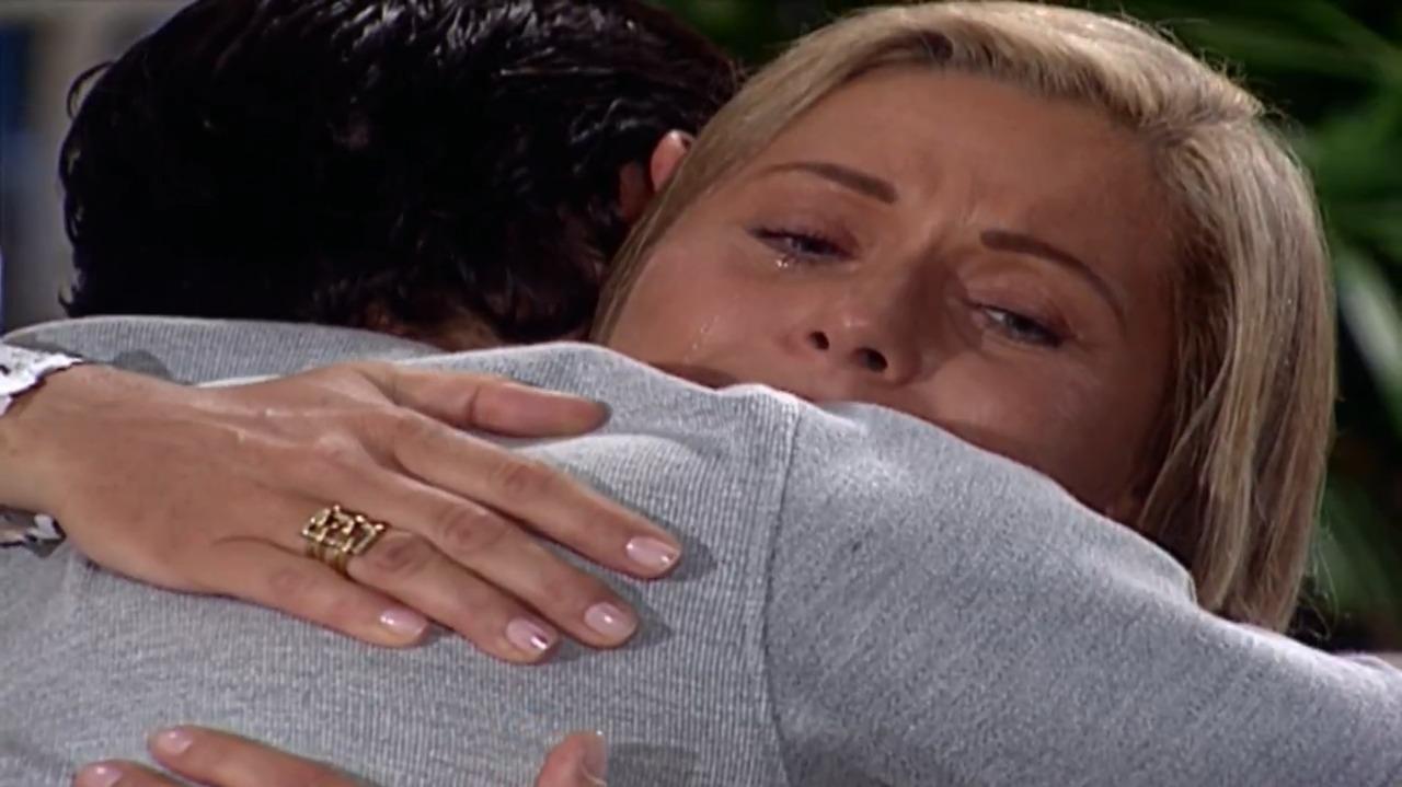 Cena de Laços de Família com Helena abraçando Fred