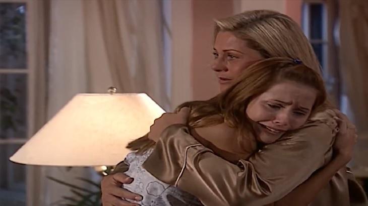 Cena de Laços de Família com Íris abraçada a Helena e emocionada