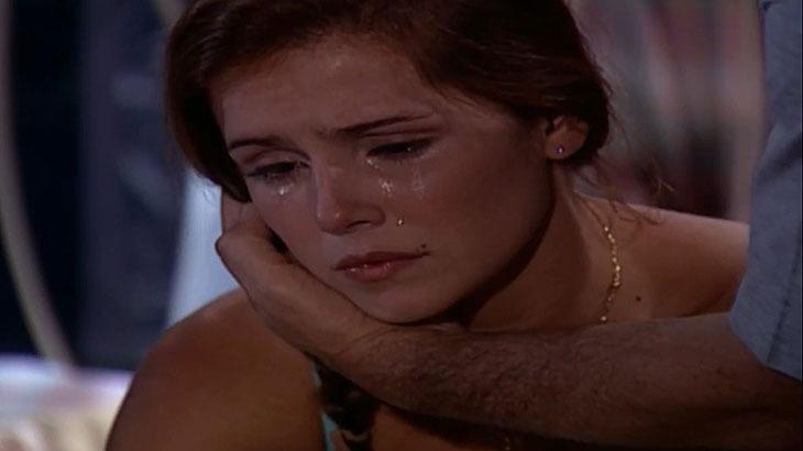 Cena de Laços de Família com Íris chorando e a mão de Pedro em seu rosto