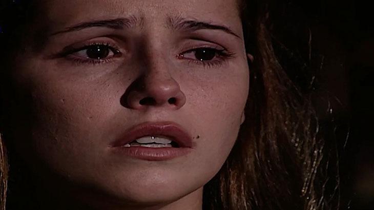 Cena de Laços de Família com Íris chorando