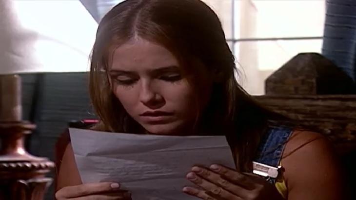 Cena de Laços de Família com Íris lendo uma carta