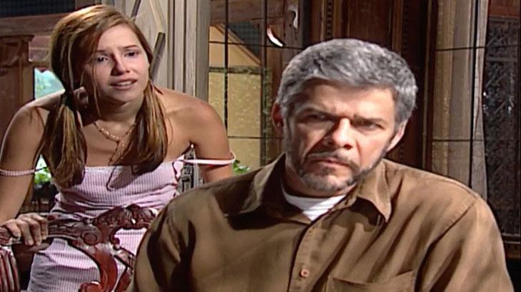 Cena de Laços de Família com Pedro sentado e Íris atrás dele, de pé