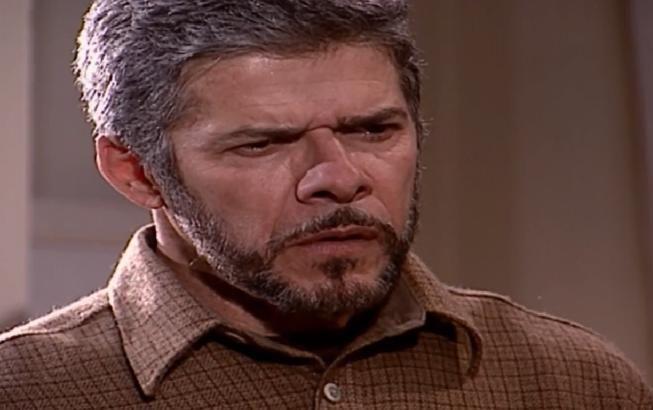 Pedro olha para Íris com indignação