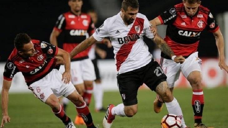 Flamengo e River Plate disputando uma partida