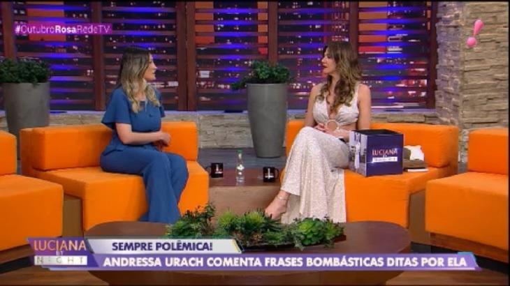 Andressa Urach e Luciana Gimenez sentadas no sofá do estúdio do Luciana by Night