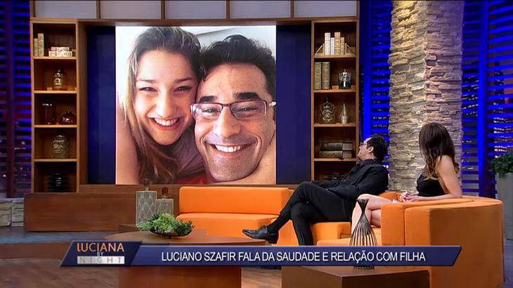 Luciano Szafir vendo fotos dele com Sasha ao ladode Luciana Gimenez